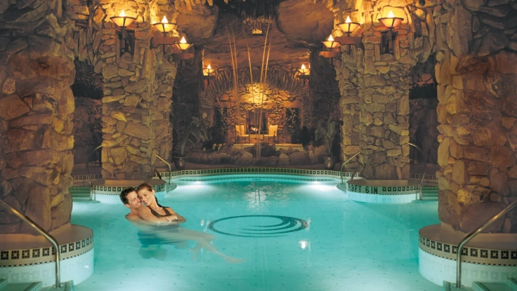 gpirst-omni-grove-park-inn-spa-pool-couple2